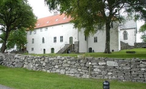 Museum Stavanger får 125.000 kroner fra Erik, Karoline og Olga Berentsens Legat, som skal brukes til å konservere altertavla i kirkebygningen.