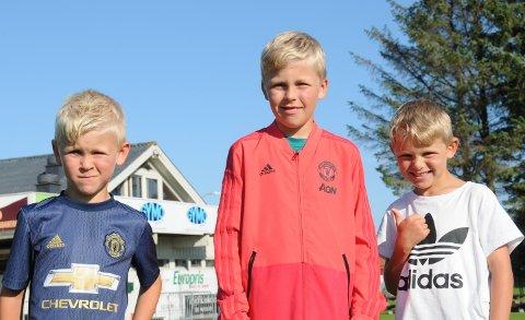 Søsknene Sveinar (t.v.), Peter og Håkon deltar på fotballskolen ved Randaberg stadion for første gang.