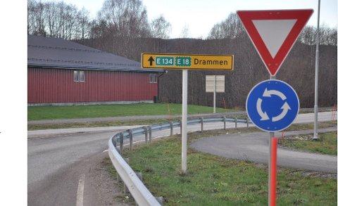 NYE SKILT: Riksvei 23, som ble åpnet i 2000, går nå inn i historiebøkene.