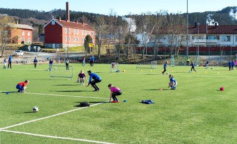 GRADVIS TILNÆRMING. Breddefotballen går fra trening i smågrupper med to meters avstand, mot tilnærming til det ferdige spillet med kontakt. Mandag kommer det en veileder som vil si mye mer og hvordan dette skal skje i praksis.