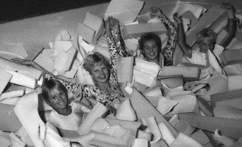 TURNGROPA: F.v. Trude Ween og Britt Samuelsen i gropa. De to siste kjenner vi ikke navnet på.   foto: Vestfossen Idrettsforening