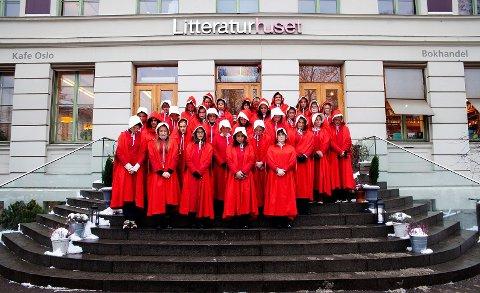 Kvinnene som demonstrerte foran slottet under presenteringa av den nye regjeringa.