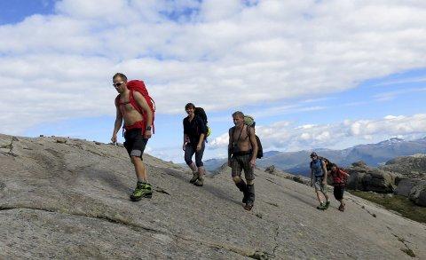 Sva: Anne Karin Hamre og Jenny Følling som kliv lett over svaberg og skråningar.  Vegard Wergeland Hansen (fremst), Hallgeir Hansen og Torbjørn Apalset er guidar til topps.