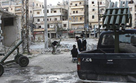Krigshandlinger: I 2013 og 2014 dro flere ungdommer fra Fredrikstad til Syria for å kjempe i borgerkrigen. Dette bildet viser opprørere mot regjeringsstyrkene i Aleppo i 2013.