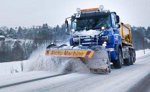 JOBBER PÅ SPRENG: Rundt 70 brøytere jobber dag og natt for at veiene i Fredrikstad skal bli måket.