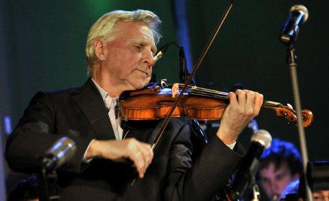 FULLT HUS: Arve Tellefsen avholder torsdag kveld en konsert for fullt hus i Bibliotekst Aula.  FOTO: TROND THORVALDSEN