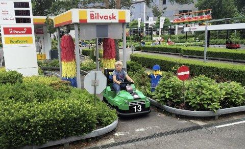 STØDIG BAK RATTET:  Anton (6) hadde stø kurs ut fra bilvasken i Legoland – en populær attraksjon fremdeles.