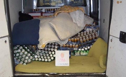 MELLOM MADRASSENE: Mellom madrasser og dyner fant politiet mengder med alkohol.