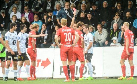 MISTET HODET: Remi André Svindland mistet hodet og dyttet Alexander Henningsson over ende. Det resulterte i rødt kort.