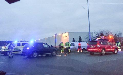 To biler kolliderte fredag morgen i rundkjøringen ved Stabburet.