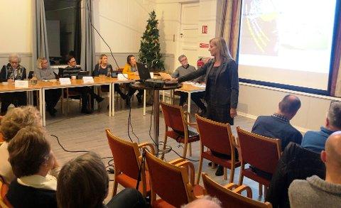 SVÆRT BEKYMRET: Medlemmene i Vikene Vel har mange og store bekymringer for hvordan deler av Hankøsundet kan komme til å bli utbygd. Leder Nora Ramstad innledet møtet med å legge frem synspunkter på deler av planen for politikerne som stilte opp.