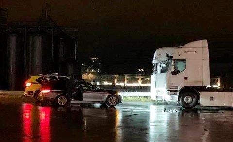 Politiet aksjonerer: Her har politiet parkert foran den rumensk-registrerte trekkvognen på en bensinstasjon i Vestby, og to menn ble arrestert.  (Trekkvognen nærmest kamera har ingen ting med saken å gjøre)