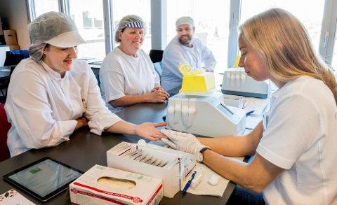 Lill Karin Svea, Tove Anita Johansen og Stein Ove Arnesen hos Mills i Fredrikstad er blant de som har valgt å undersøke kolesterolnivået sitt. De neste månedene skal til sammen rundt 2.000 personer undersøkes gjennom kampanjen.