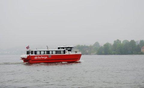 Stadig flere tar Byferga, som i 2019 fikk et nytt stoppested på Ålekilene. Rett over elven, på Glombo, er det et uutnyttet potensiale, mener Espen Andreassen.