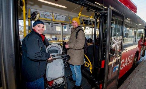 POLITIKERNE ER ENIGE MED DEM: Karina Svangren (30) og Jim Morgan Andersen (28) syntes det hørtes ut som en dårlig idé å nesten doble prisen for folk som betaler kontant dersom man er opptatt av at folk skal ta mer buss. Det syntes fylkespolitikerne, også.