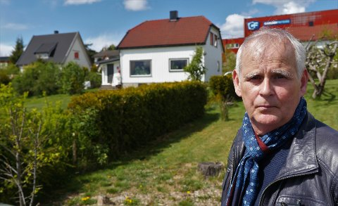 VENTER: Vidar Saxegård eier de to husene i bakgrunnen   sammen med sin fetter Ketil Saxegård. De har bedt om å få innløst boligene, men må vente. Utsettelsen av utbyggingen berører 60 boligeiere langs Rolvsøyveien. (Foto: Øivind Lågbu)