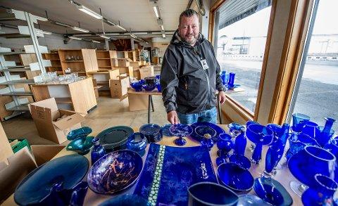 Gjenbruksfabrikken åpner dørene lørdag. Daglig leder Ruben Løfgren kan friste med egen butikk med blå glassavdeling. Utendørs blir det veteranbiler og helikoptertur.
