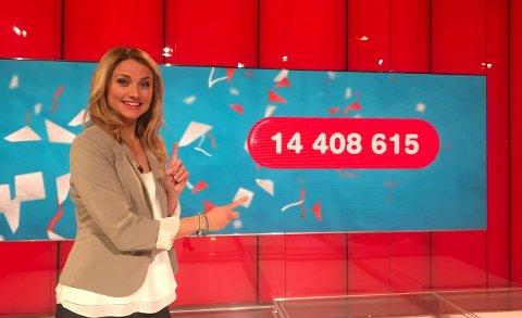 Programleder for Lotto-trekningen, May Lisbeth Midtgård Myrvang, viser beløpet.
