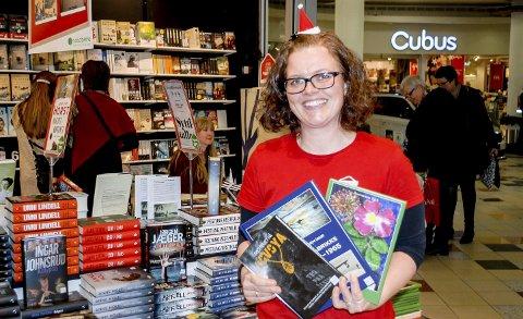 Lokale bøker: Den lokalhistoriske boka «Flyfabrikken» selger spesielt godt i år, forteller Lise Sæbø, bokansvarlig på Notabene.