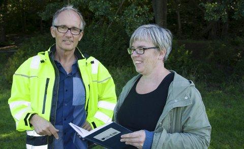 BEFARING: Senioringniør Tore Kristiansen og leder av kommunalteknisk planavdeling har allerede vært i Holtandalen og sett på muligheten til å lage et sluk med avløpsrør under Sørlibakken nord for ungdomsskolen.