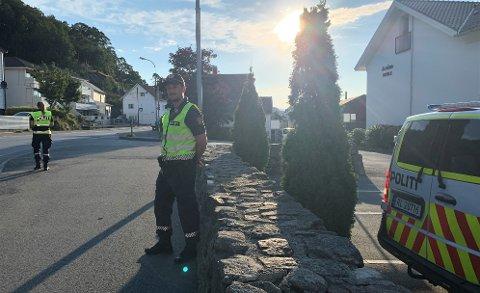 Politibetjent Endre Aulie og kollega Camilla WIlberg (med ryggen til) var til stede utenfor Ålgård skole i morgentimene tirsdag. Adferdskontrollen ble holdt i forbindelse med starten på et nytt skoleår. – Det handler først og fremst om tilstedeværelse, sier Aulie.