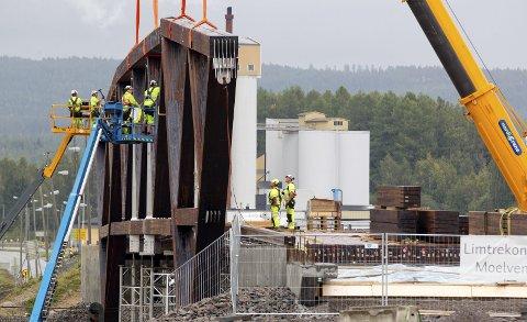 BRU: Arbeidene ved Norsenga går sin gang, her fra monteringen av brua tidligere denne måneden.