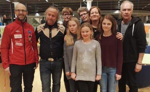 VINNERNE: Her er vinnerne av årets Skriveglede1212, sammen med forfatterne Heidi Linde og Levi Henriksen som var jury. Førsteprisvinnerne Jenny Larsen og Svein Moen til høyre.