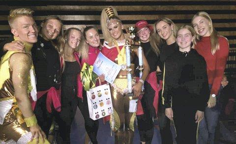 GULLJENTA: Andrea Løvlien Solbjør gikk helt til topps i VM i discodans freestyle i Ørebro lørdag ettermiddag. Her er hun flankert av stolte klubbvenner i den lokale klubben Victory Dance. FOTO: PRIVAT