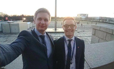 INTERNASJONALT: Gard Løken Frøvoll (t.v.) fra Sør-Odal og Timo Nikolaisen fra Buskerud. Her ved inngangen til Bundestag, den tyske nasjonalforsamlingen.