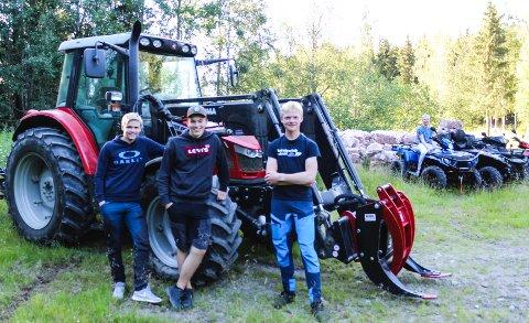 SIN EGEN SJEF: (f.v) Jesper Johnsrud (17), Kasper Hauga Karlsson (16), og Johannes Sæthern (16) har skapt sin egen arbeidsplass via Facebook.