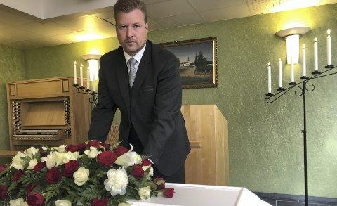 ØKONOMISK LIKESTILT: Så lenge kistebegravelse og kremasjon er likestilte ordninger bør de også være likestilt økonomisk, det vil si gratis, mener Tore Huuse Øwre, styreleder i Virke gravferd   Innlandet. FOTO: Britt-Ellen Negård