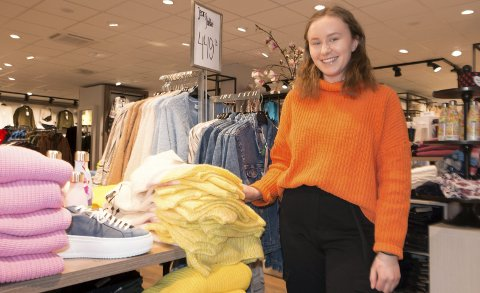 FORNØYD: Kajsa Sollien (19) fra Kjellmyra er strålende fornøyd med å være lærling i salgsfaget. - Det var et stort øyeblikk å oppleve sitt første salg, erindrer hun med et smil.