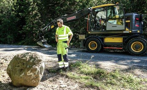 SOLIDE STEINER: Gravemaskinfører Tom Andre Berntsen hos NCC har plukket opp et solid antall steiner fra vegbanen, blant annet denne på rundt 100 kilo.