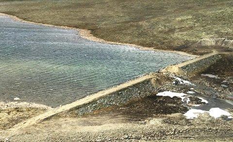 TAPPES NED: Einøvlingsvatnet på Dovrefjell ble demt opp i 1960-årene. Nå skal demningen fjernes.