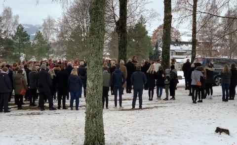 Folk tok et siste farvel med 15-åringen Oscar André Ocampo Overn utenfor Hoff Kirke.