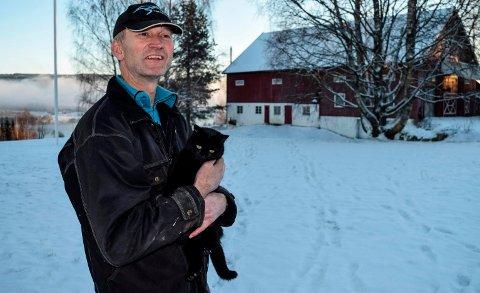 REDDET LÅVEN: Magnar Engelien Flattum takker kattene på garden for at han tidlig oppdaget at det brant på låven.