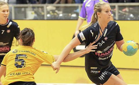 FORTSETTER: Anette Helene Hansen og Malene Staal (i bakgrunnen) er to av spillerne som er med videre i Halden HK. Arkivfoto: Frode Olsen