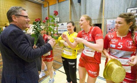 Ordfører Thor Edquist delte ut roser til alle Halden-spillerne på opprykkskvelden i mars 2014. Nå er festen over...