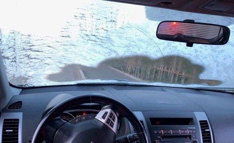 DÅRLIG SIKT: Denne utsikten fikk politiet til å reagerer. Sjåføren fra Halden fikk førerkortet beslaglagt fredag morgen.  Politiet råder sjåfører til å bruke noen minutter på å skrape nedisede ruter før kjøreturen starter.