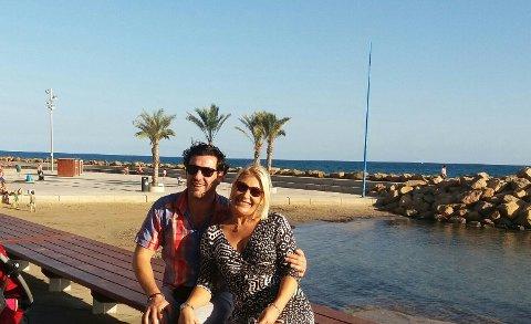 DET GODE LIV: Ingvild Teksum Hill har funnet det gode livet langs kysten i Spania. Her er hun sammen med ektemannen Craig Hill ved stranden.