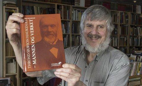 Arne-Ivar Kjerland med boka om Thrond Sjurson Haukenæs.