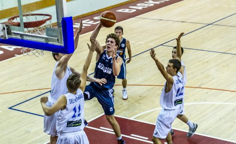 IMPONERTE: Mikal Gjerde i aksjon for U17-laget til Kongsberg Miners i European Youth Basketball League i Latvia forrige helg.