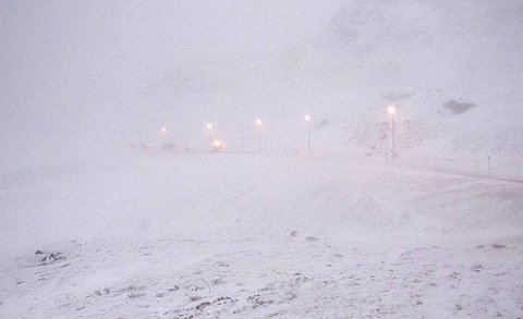 Dårlig sikt på grunn av vind og snøfokk er årsaken til kolonnekjøringen.