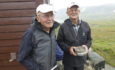 KLAR TIL FISKE I FJELLVATNA: Svograne Tormod Skaaland (88), Tvedestrand og Jens Vellene (79) gjekk til Litlos frå Valldalen for å fiska aure med sluk på stang og boks. Foto: Sigmund Hansen