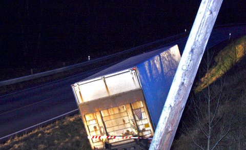 UT AV VEIEN: En lastebil havnet i grøfta fredag ettermiddag.