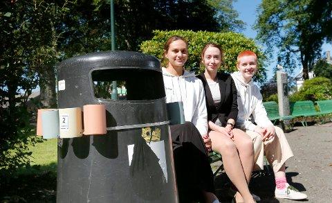 """STOLT: Tre av Innostreets """"ansatte"""" ble mildt sjokkerte da de så sitt eget produkt hengende på søppeldunkene i Byparken. Fv.:   Daria Stankiewicz, Alexandra Grindhaug-Blank og Line Fosen Bjørstad."""