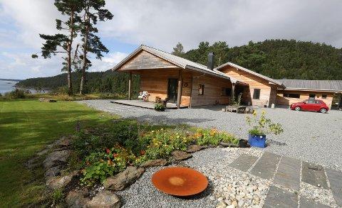 TUNET På SELHAMMER: Er bygget for å passe best mulig inn i naturen rundt.
