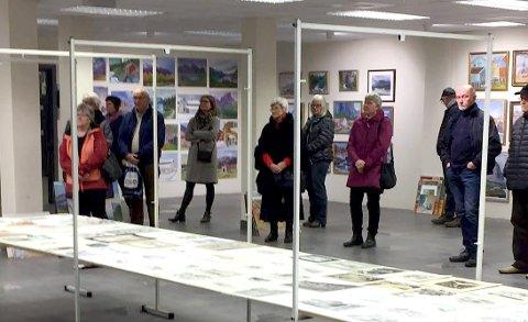 ÅPNING: Mange tok turen innom for å få med seg utstillingåpningen med kunstverk av Gunnar og Bjørg Skog.