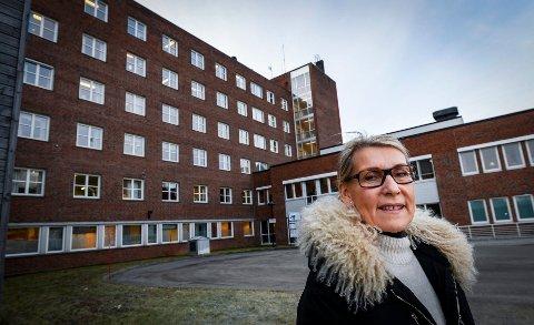 Helgelandssykehusets administrerende direktør Hulda Gunnlaugsdottir, åpner opp for normal drift ved helseforetaket som går fra gul til grønn drift i dag.