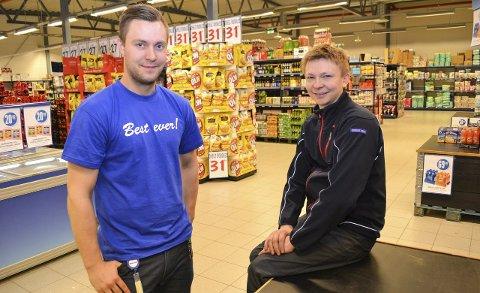 DUO MED KLOKKERTRO: Det skal være mulig å gjøre butikk ut av butikken på Vegsletta i Vadsø. Det har tospannet Andreas Johnsen og Vidar Anthi (høyre) klokkertro på.FOTO: KENNETH STRØMSVÅG